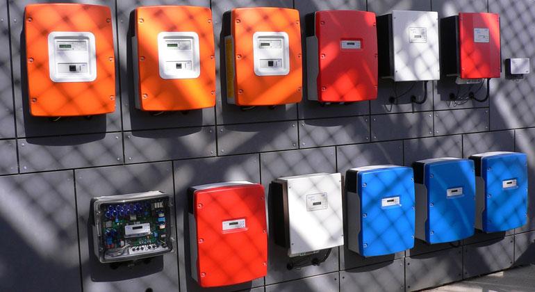 pixabay.com | tjg_3d | Der Anlagenbetreiber sollte jeden Tag die Anzeige des Wechselrichters kontrollieren, ob dort eine Fehlermeldung angezeigt wird. Auch die Ertragsdaten können helfen, einen Fehler zu entdecken, vor allem wenn der Anlagenbetreiber sie auch täglcih dokumentiert. Denn dann kann er Abweichungen erkennen.