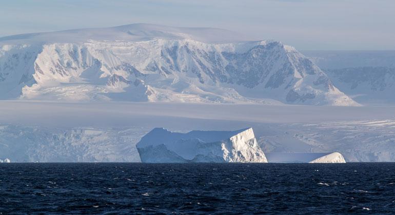 awi.de | Thomas Ronge | Iceberg in front the antarctic peninsula.
