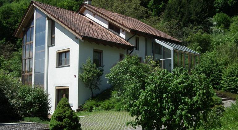 Delzer Kybernetik GmbH   Im Inselbetrieb: Energetisch unabhängig ohne Anschluss an das Stromnetz lebt Familie Delzer seit 30 Jahren in ihrem Zweifamilienhaus.