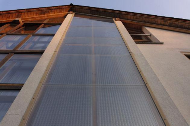 Delzer Kybernetik GmbH   Die senkrecht in die Fassade integrierte Solaranlage liegt immer frei und hat im Winter einen rund doppelten Ertrag im Vergleich zu leicht geneigten Anlagen.