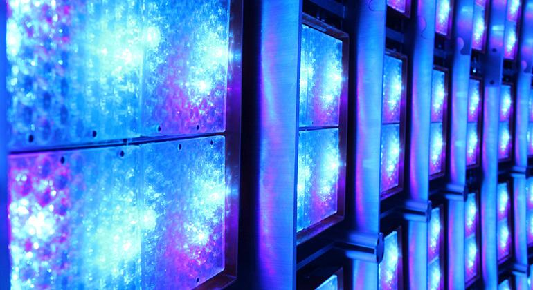 Fraunhofer CSP | Messung Dünnschichtmodul spektral optisch © Fraunhofer CSP Die LED-Beleuchtungseinheit in der photovoltaischen Metrologie-Plattform des Fraunhofer CSP ermöglicht die Erzeugung von spektral selektiven, großflächigen und extrem homogenen Lichtfeldern