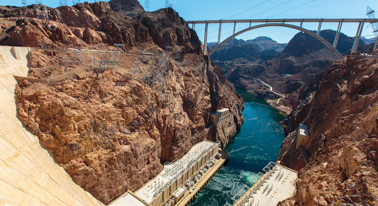 pixabay.com | Derwiki |Die Turbinen des Hoover Damm haben eine Gesamtkapazität von 2.000 Megawatt und produzieren etwa 4,2 Terawattstunden (TWh) Strom pro Jahr