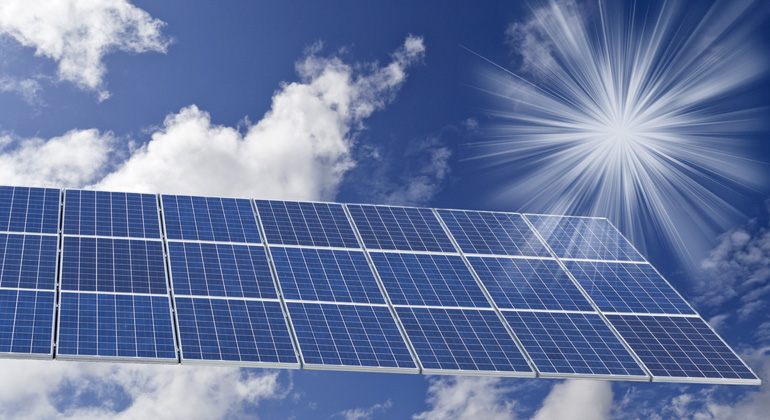 bigstock | guidonardacci | Dank der Antireflex-Beschichtung von 3M kann die Lichtdurchlässigkeit bislang unbehandelter Glasoberflächen von Photovoltaik-Anlagen um bis zu 2,5 Prozent erhöht und dadurch die Stromerzeugung nachhaltig gesteigert werden.