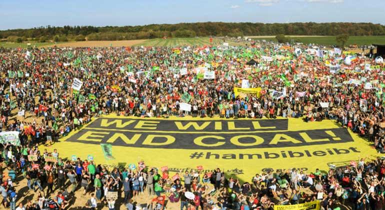 greenpeace.de | Es ist die bislang größte Anti-Kohle-Demo im Rheinischen Revier: Zehntausende protestieren am Hambacher Wald für Klimaschutz – und feiern den vorläufigen Rodungsstopp.