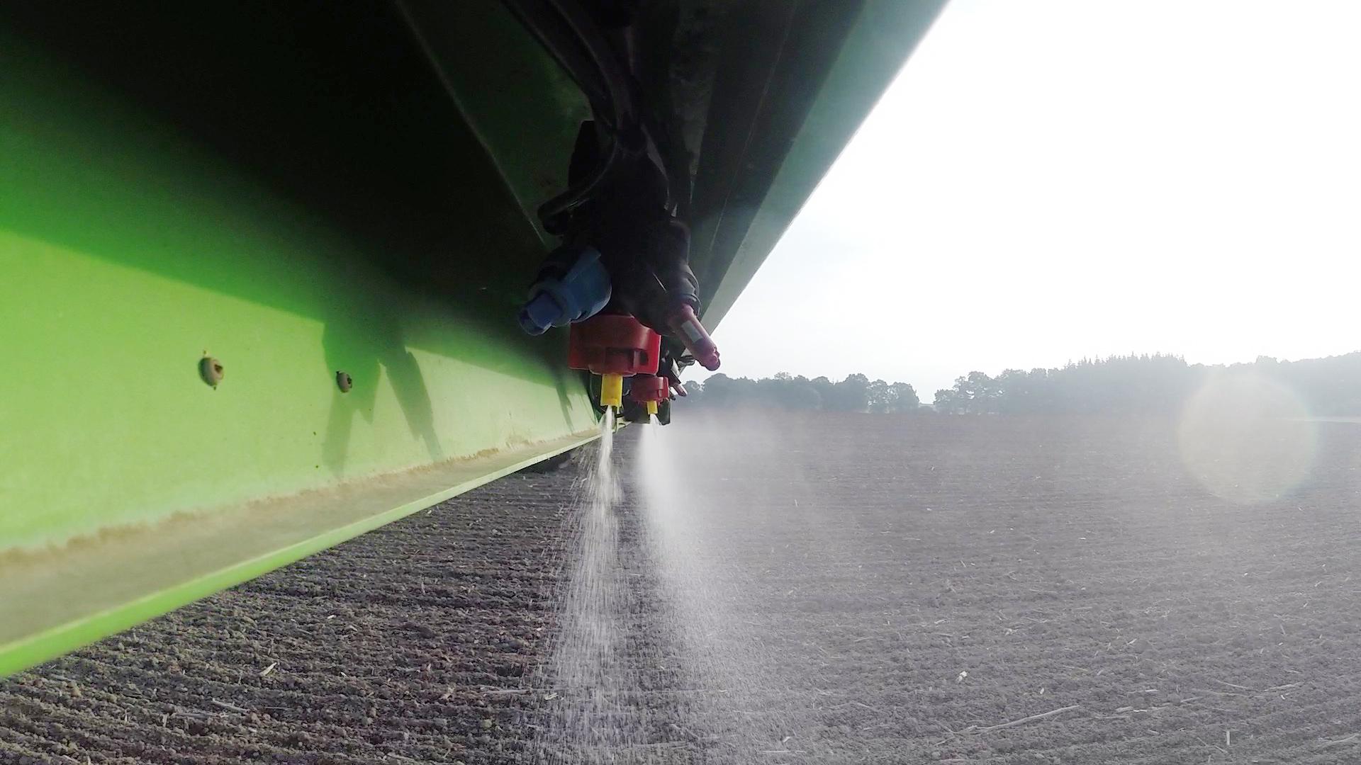 obs/ZDF/Torsten Mehltretter | Pestizide aus der Landwirtschaft sammeln sich auf Feldern, in Bächen und Flüssen.