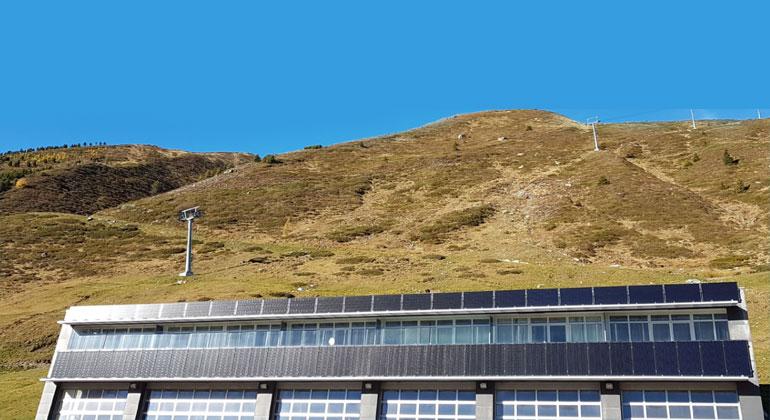 Bergbahnen Kühtai | Das Kühtai investiert weiter in Nachhaltigkeit. Die Energie der neuen Photovoltaikanlage betreibt den ersten Sessellift mitten im Ort.