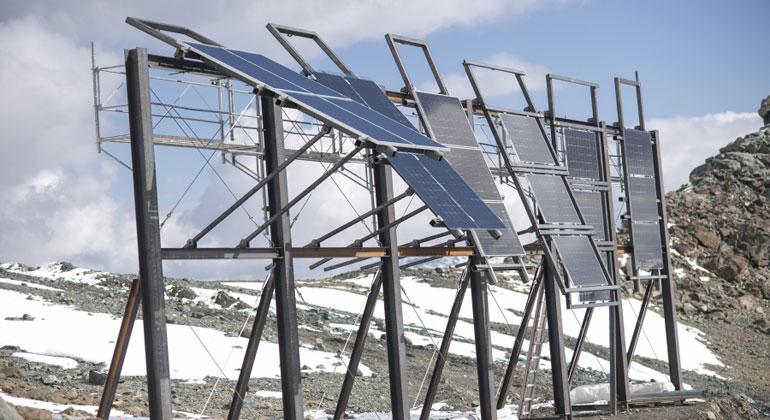 ekz.ch | Samuel Trümpy | Dass die Module so viel Strom produzieren hat mehrere Gründe. So ist in den Bergen die Einstrahlungsintensität höher, es gibt weniger Nebel und der Schnee reflektiert das Sonnenlicht.