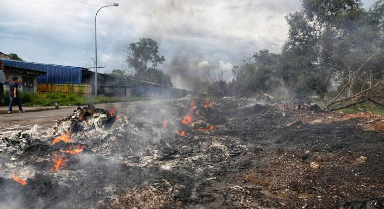 Nandakumar S. Haridas / Greenpeace Die Plastikabfälle werden oft einfach auf Brachgelände und am Rand landwirtschaftlicher Nutzflächen gestapelt oder illegal unter freiem Himmel verbrannt (Foto). Die Schadstoffe, die dabei freigesetzt werden, verursachen Atemwegserkrankungen bei den Menschen, die in der Umgebung leben.