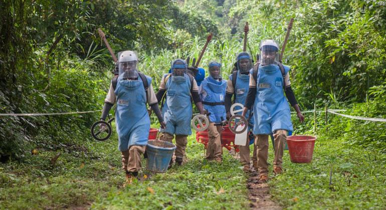 handicap-international.de   Brice Blondel   Entminer aus der Demokratischen Republik Kongo auf dem Weg zum Einsatz.