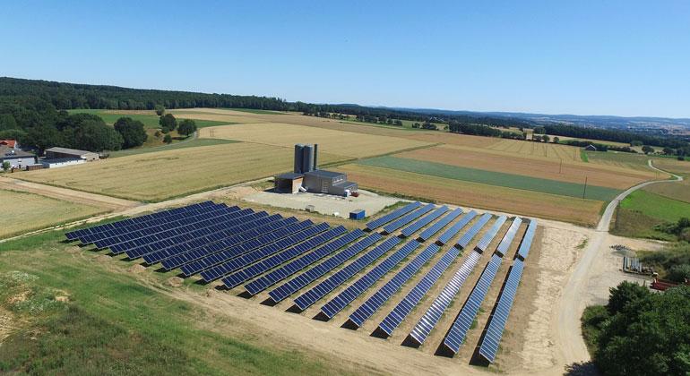 """""""Bioenergiegenossenschaft Mengsberg BEGM eG"""": In Mengsberg ist 2018 das mit rund 3.000 Quadratmetern bislang größte Solarkollektorfeld einer Dorfwärmeversorgung in Deutschland entstanden."""