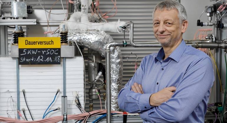 Forschungszentrum Jülich / R.-U. Limbach | Prof. Ludger Blum neben reversibler Hochtemperatur-Brennstoffzelle am Institut für Energie- und Klimaforschung (IEK-3)
