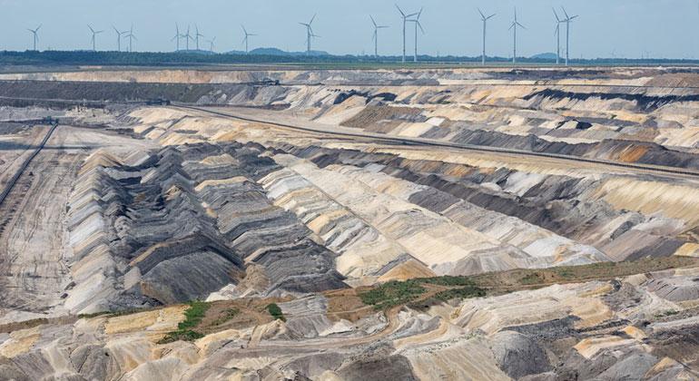 Fotolia.com | Kruwt | Zwischen Klimaschützern und Braunkohlelobbyisten steht die von der Bundesregierung eingesetzte Kohlekommission, die nun entscheiden soll, wann der Ausstieg aus der Kohle sinnvoll und realistisch ist.