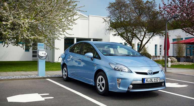 Toyota | Das Plug-In-Hybrid-Fahrzeug hat im Alltagstest am besten abgeschnitten. Das Hybrid-Fahrzeug – der Toyota Prius – verbraucht mit Abstand die wenigste Energie. Im Durchschnitt stößt das Auto das wenigste CO2 aus und belastet die Umwelt am geringsten.