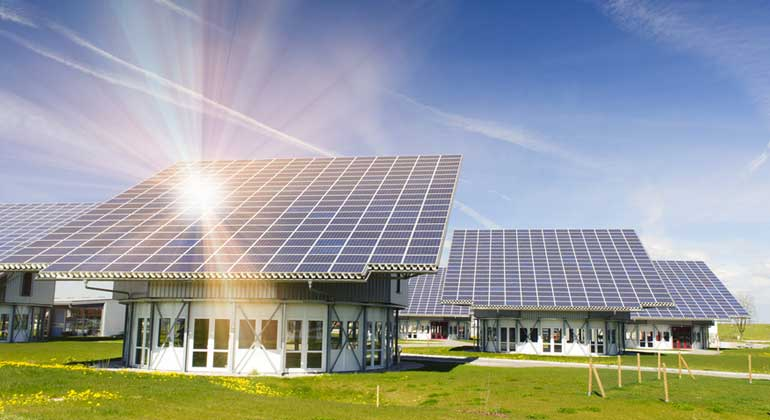 Fotolia.com | Wolfilser | Solarmodule auf Hausdächern sind längst kein seltener Anblick mehr – aber es gibt immer noch Hürden bei der Energiespeicherung.