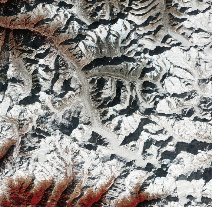 ESA | Der Gangotri ist einer der größten Gletscher im Himalaya und eine wichtige Wasserquelle für den Ganges. Messungen zeigen, dass der Gletscher in Umfang und Eisdicke abnimmt.