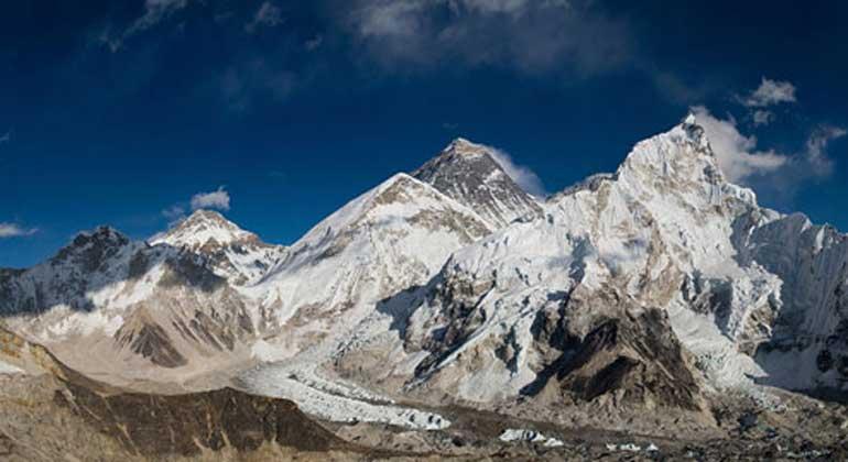 HIMAP Home | Landmark Studie: Ein Temperaturanstieg um zwei Grad könnte die Hälfte der Gletscher im Hindu Kush Himalaya Gebiet zum Schmelzen bringen und die Flüsse Asiens destabilisieren Wenn die globalen Klimabemühungen scheitern, warnt die Studie, dass die derzeitigen Emissionen zu einer Erwärmung von fünf Grad und einem Verlust von zwei Dritteln der Gletscher der Region bis 2100 führen würden.