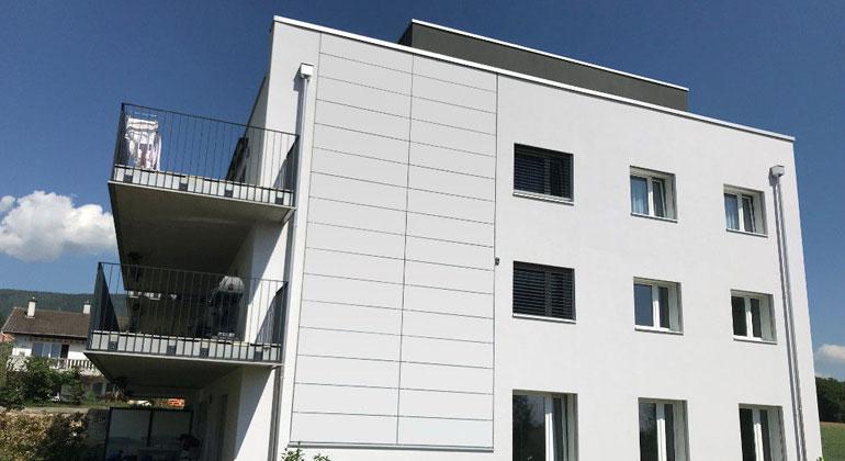 solaxess.ch | Die weißen Module fügen sich perfekt in die bestehende Putzfassade ein.