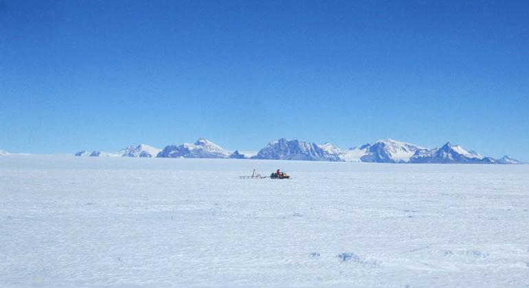 tu-dresden.de | Ludwig Schröder | Der Antarktische Eisschild im Gebiet der Schirmacheroase, Ostantarktis. Expedition der TUD mit Messungen zur Kalibrierung von Satellitendaten im Januar 2015.