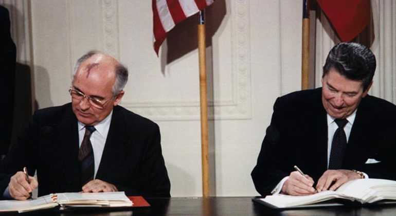 WikimediaCommons | White House Photographic Office | Präsident Reagan und Generalsekretär Gorbatschow unterzeichnen den INF-Vertrag im Ostraum des Weißen Hauses.