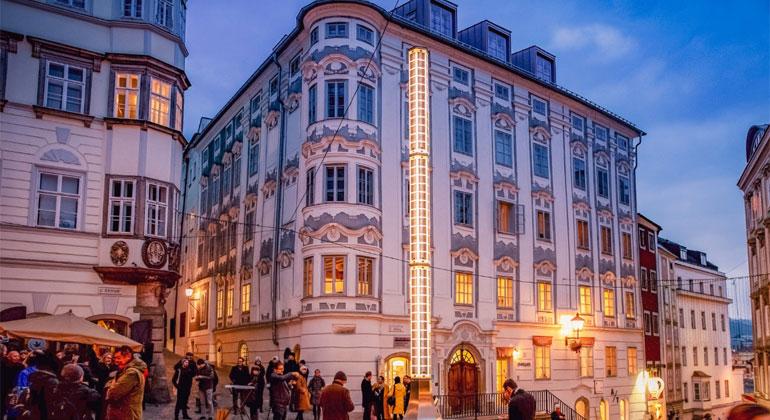 linz.at | facebook.com/stadtlinz | Linz: Der neue Lichtbrunnen am Hofberg in der Altstadt erzeugt mit Solarpanelen seinen eigenen Strom.