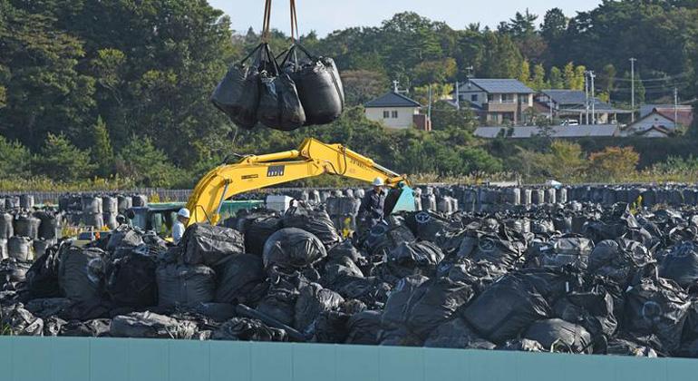 Shaun Burnie / Greenpeace   Japans Versuch, die Region um Fukushima von der Radioaktivität zu säubern, haben zu 8,4 Millionen Kubikmetern Atommüll geführt. Sie lagern an 141.000 Stellen irgendwo in der Region. Strahlenfrei ist die Gegend trotzdem nicht, so der aktuelle Greenpeace-Report. (Foto: Atommülldeponie in Namie)