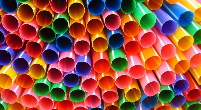pixabay.com | rkit | Konkret geht es um ein Verbot ausgewählter Einwegprodukte, für die es umweltfreundliche Alternativen auf dem Markt gibt: Wattestäbchen, Besteck, Teller, Strohhalme, Rührstäbchen, Stäbchen für Ballons sowie Becher, Lebensmittel- und Getränkebehälter aus expandiertem Polystyrol.