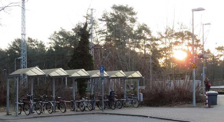 Corinne Meunier / UBA | Stellplätze für Räder, Sharingangebote & Pkw direkt am Bahnhof erleichtern den Umstieg auf die Bahn.
