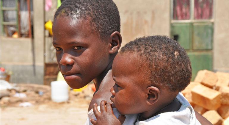 bigstock | Marie-Havens | Hunderttausende Kinder in den Überschwemmungsgebieten im südlichen Afrika leben nach dem Zyklon Idai unter katastrophalen Bedingungen. Viele Menschen, die sich auf Hausdächer oder höherliegendes Gelände geflüchtet haben, sind in unmittelbarer Lebensgefahr. UNICEF weitet seine Nothilfemaßen aus, um Kinder und Familien mit dem Nötigsten zu versorgen.