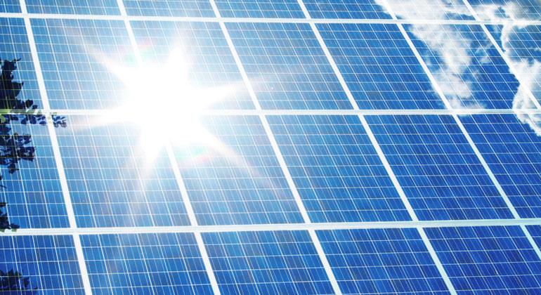 photocase.de | bit_it | Mit einer Photovoltaikanlage lässt sich der CO2-Abdruck drastisch reduzieren – dass schützt das Klima.