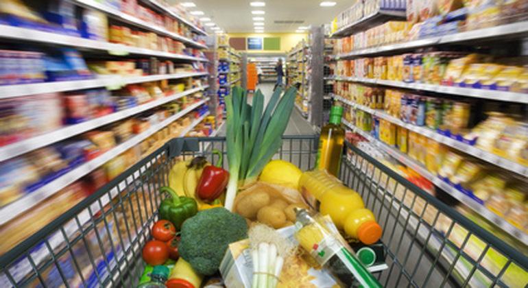Fotolia.com | Eisenhans | Handel wirft 90 Prozent der unverkauften Ware weg.