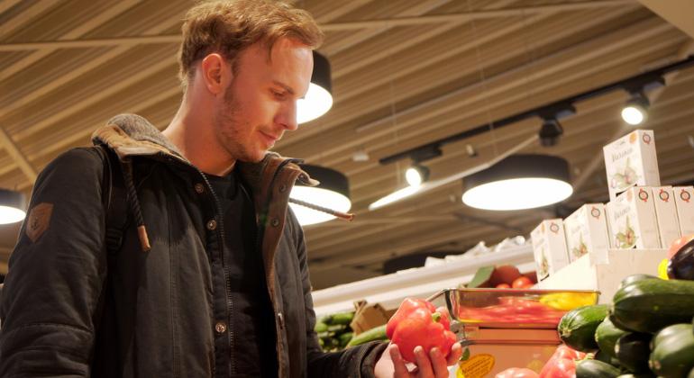ZDF | plan b | Steph Ketelhut | Plastikfrei einkaufen, bei losem Gemüse kein Problem für Christoph Schulz, Berlin.
