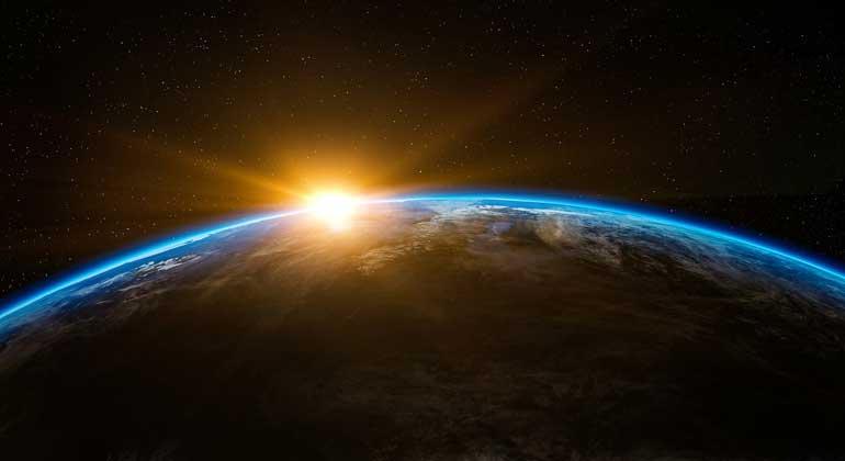 pixabay.com | qimono | Eine vollständige weltweite Energiewende in den Bereichen Strom, Wärme, Verkehr und Wassserentsalzung hin zu 100% Erneuerbaren ist möglich. Das vorhandene Potential erneuerbaren Energien ist bei entsprechendem Ausbau bereits vorhandener Erzeugungs- und Speichertechnologien in der Lage, eine sichere Stromversorgung für alle Stunden des Jahres zu gewährleisten. Das so entwickelte nachhaltige Energiesystem ist zudem effizienter und kostengünstiger als das heutige, überwiegend auf fossilen und nuklearen Energieträgern beruhende System.