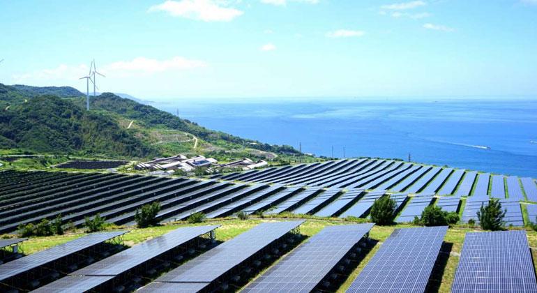 irena.org   Um die globalen Klimaziele und die Ziele für nachhaltige Entwicklung erreichen zu können, müsste laut IRENA der Einsatz erneuerbarer Energien noch schneller wachsen.