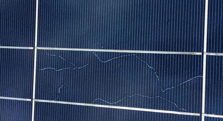 photovoltaik.eu   mbj-services.com   Schneckenspuren sind eine optische Erscheinung, die auf Mikrorisse hinweist.