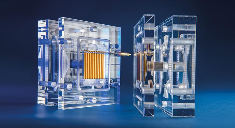 Fraunhofer ISE | Wasserelektrolyse-Messzelle (Nachbau) aus transparentem Kunststoff zur Visualisierung der segmentierten Endplatten mit Kanalstrukturen (paralleles Flowfield).