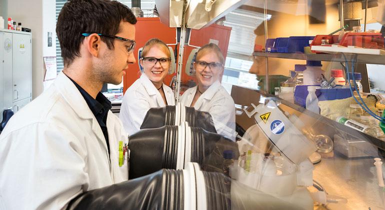 U. Benz / TUM | Dr. Claudia Ott und Doktorand Felix Reiter in ihrem Labor in Garching.