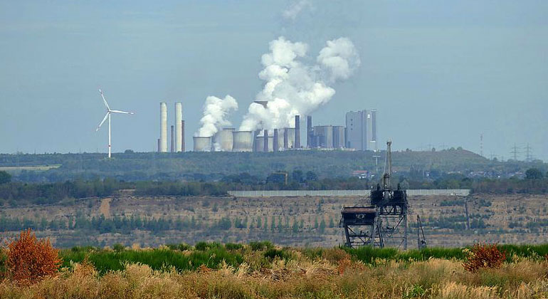 Flickr / Kimba Reimer | Das Kohlekraftwerk Niederaußem bei Köln. Ein CO2-Preis von 35 Dollar würde den Kohlepreis etwa verdoppeln, so der IWF.