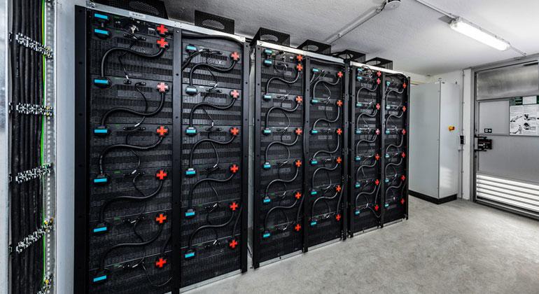 ADS-TEC   Batteriekraftwerk im Allgäu mit StoraXe-Speichertechnologie von ADS-TEC: hier in Rubi – eine von sechs Anlagen mit jeweils 112 Kilowattstunden Kapazität und 500 Kilowatt Leistung.
