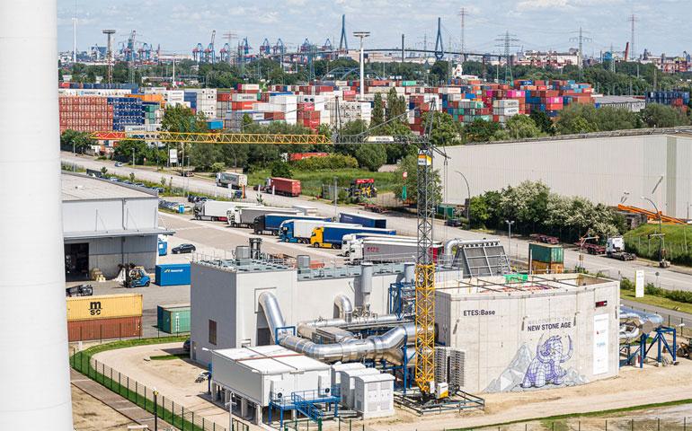 Siemens Gamesa   Der neue Elektrothermische Energiespeicher im Hamburger Stadtteil Altenwerder steht direkt neben einem Windrad des Projektpartners Hamburg Energie.