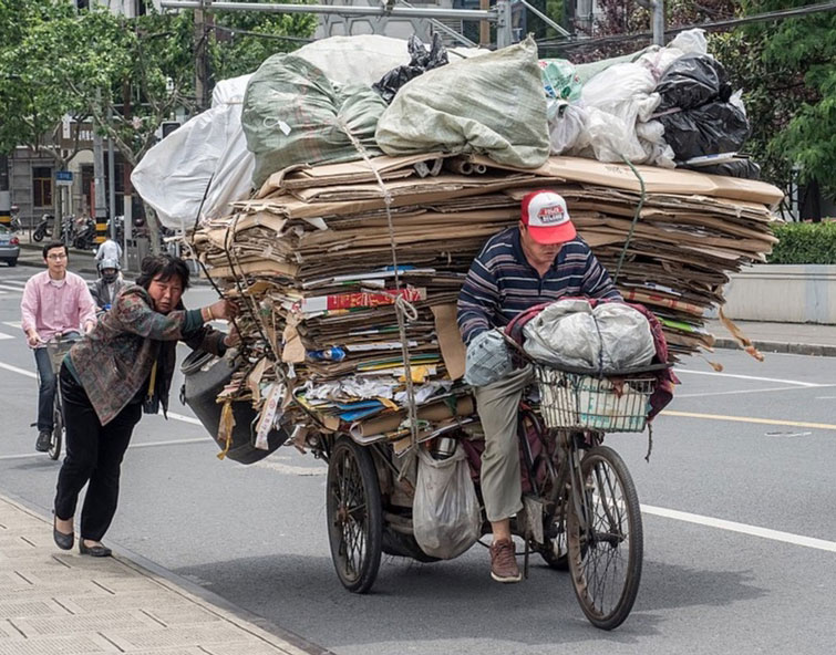 WikimediaCommons | Reinhold Möller/Wikimedia/CC BY-SA 4.0 | Transport von Recycling-Abfall in Shanghai