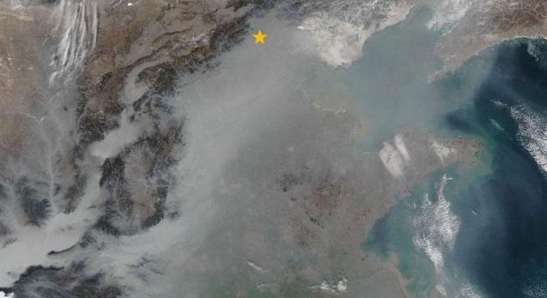 NASA Earth Observatory   Grauer Smog bedeckt im Januar 2017 viele der Täler und Ebenen Ostchinas. Der orangefarbene Stern markiert den Standort Peking.