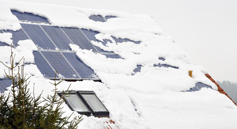 Fotolia.com | KarinJaehne | Im Winter geht die Produktion von Solarstrom stark zurück, doch genau dann ist der Strombedarf am höchsten. Wie können wir diese Lücke schließen?
