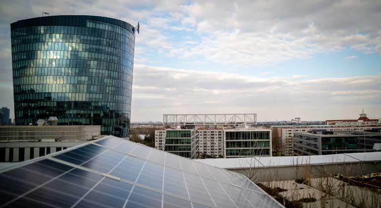 Wien Energie - Christian Hofer | Eine eigene Photovoltaik-Anlage erzeugt regenerativen Strom, der je nach Bedarf über ein intelligentes Blockchain-System unter den Nachbarn aufgeteilt wird.
