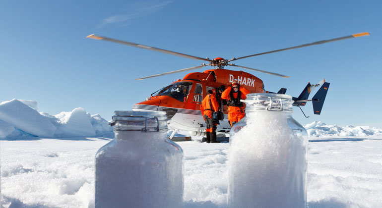 Alfred-Wegener-Institut | Kajetan Deja | Wissenschaftler des Alfred-Wegener-Instituts nutzen die Bordhelikopter des Forschungseisbrechers Polarstern, um Schneeproben auf dem Meereis zu nehmen. Selbst in der Arktis enthält der Schnee Mikroplastik.