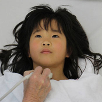 ippnw.de   Ian Thomas Ash   Japanisches Mädchen beim Schilddrüsenscreening