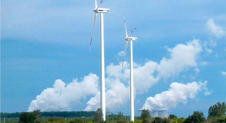 klimareporter.de | Susanne Götze | Energieland Brandenburg: Windräder in der Nähe von Cottbus, im Hintergrund grüßt das Braunkohlekraftwerk Jänschwalde.