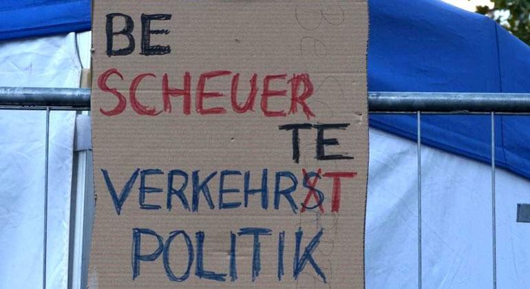 klimareporter.de | Friederike Meier | Ein Plakat auf der Demonstration gegen die Automesse IAA in Frankfurt am Main nimmt Verkehrsminister Andreas Scheuer (CSU) aufs Korn. Scheuer sowie Bauminister Horst Seehofer (CSU) stoppten die heutige Verabschiedung des Klimapakets.