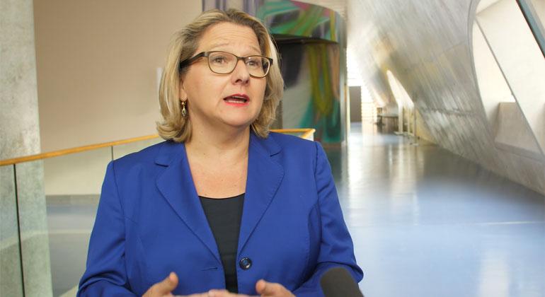 BMU | Das Bundeskabinett hat auf Vorschlag von Bundesumweltministerin Svenja Schulze ein Klimaschutzgesetz auf den Weg gebracht, das gesetzlich verbindliche Klimaschutzziele für jedes Jahr und jeden einzelnen Wirtschaftsbereich vorsieht.
