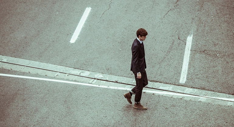 Reflektierende weiße Straßenbeläge können den Fußgängern einheizen