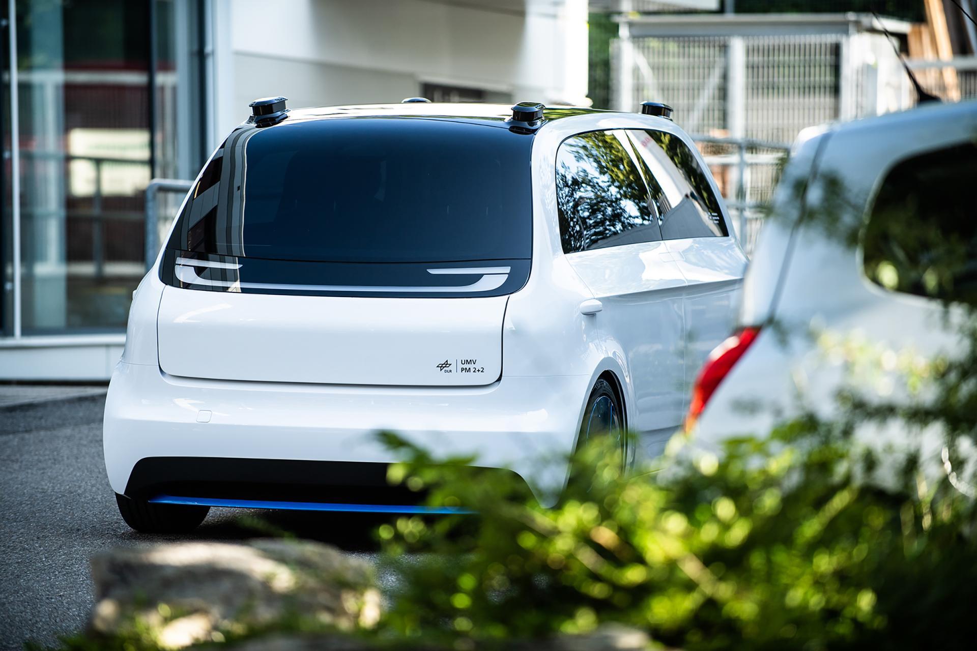 dlr.de | Das Urban Modular Vehicle, kurz UMV, ist ein intelligentes, modular aufgebautes Elektro-Stadtauto, das Komfort mit hohen Sicherheitsstandards verbindet und gleichzeitig eine flexible und kosteneffiziente Fertigung ermöglicht. Der Nutzer ruft das Fahrzeug per App und verifiziert sich über eine Schnittstelle am Fahrzeug.